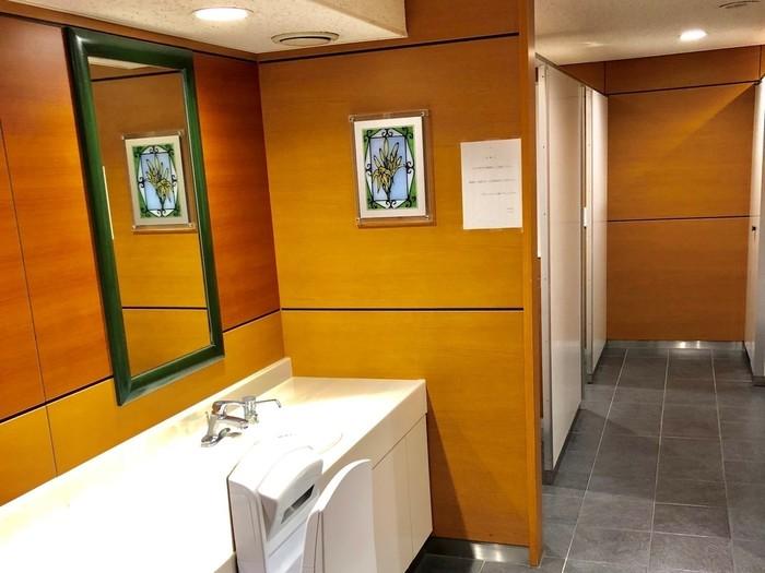 お手洗いは綺麗で落ち着いた雰囲気(写真は男性用)