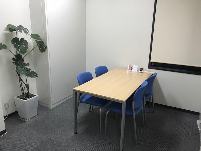 面談室を角度を変えて写真を撮りました