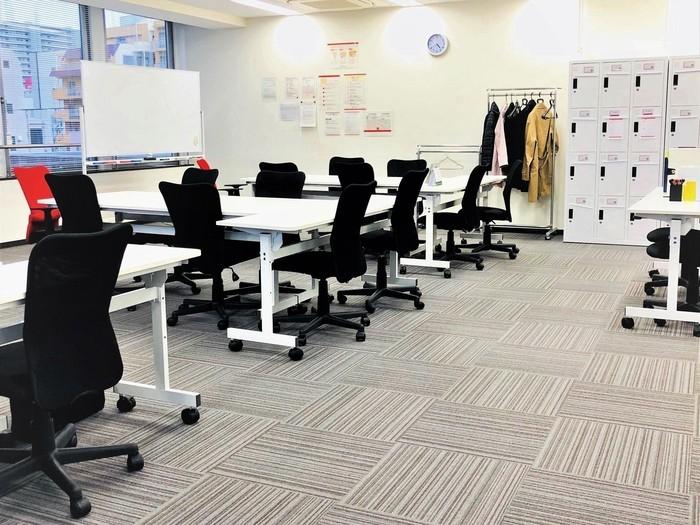 白を基調とした清潔感のあるオフィス仕様になっています。