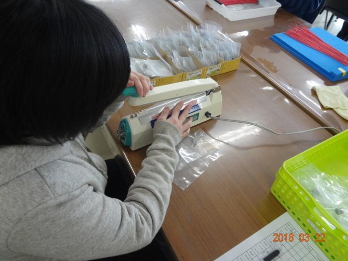 シーラーを使って、袋を閉じる作業です。