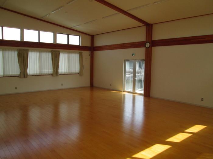運動もできる広い多目的室があります。