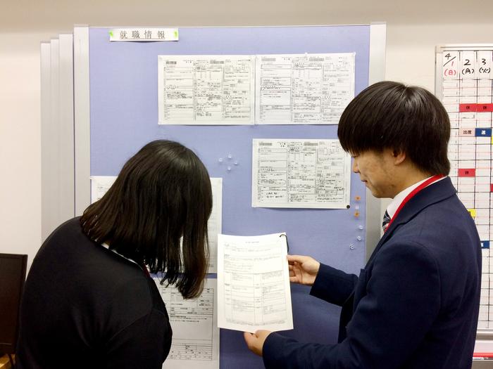 求人コーナー、スタッフと相談しながら情報収集。