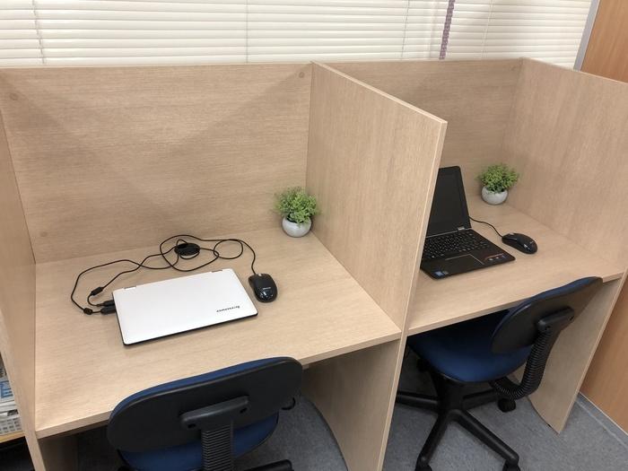 自習スペースです。いつでもパソコンをお使いいただけます。