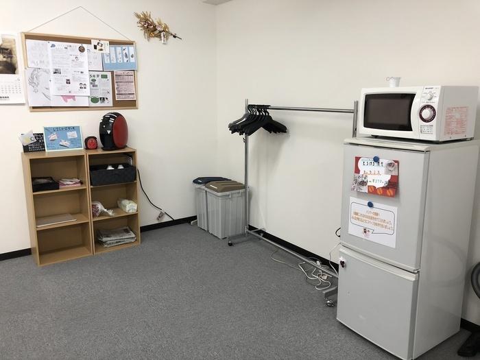電子レンジ、冷蔵庫、コーヒーメーカーを設置しています。