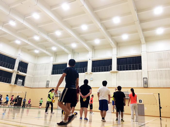 スポーツプログラム。画像は体育館でのバレーボール。