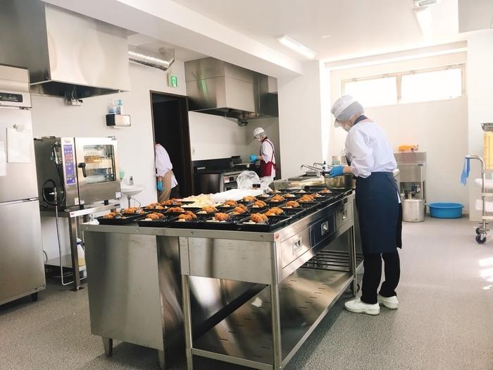 広く清潔・最新設備の調理室で宅配弁当を作っています。