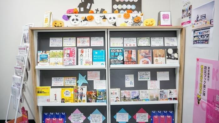 売り場づくり訓練の様子です。CDや本が並んでいます。