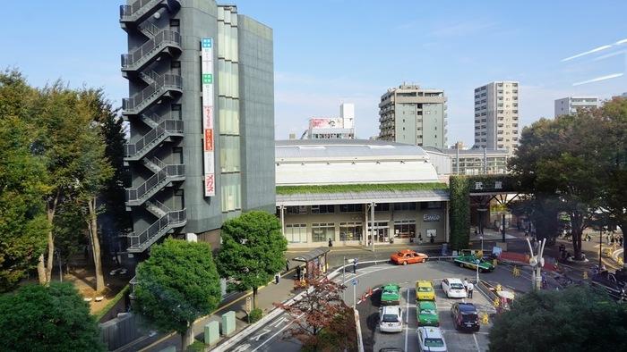 訓練室の窓からはJR中央線の武蔵境駅が見ることができます。