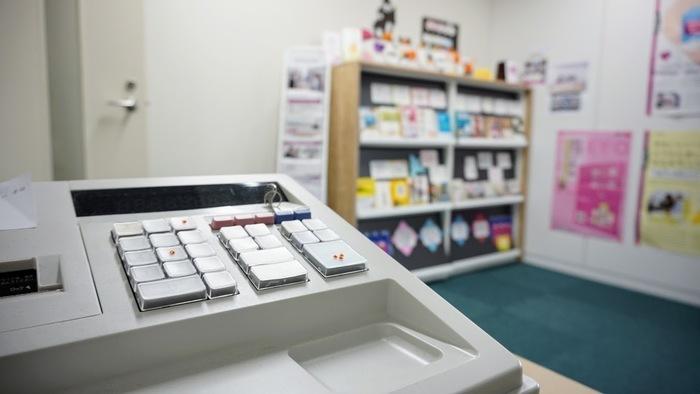 簡易的な売り場でレジを使って接客の訓練を行っています。