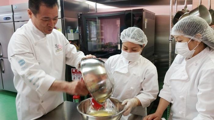 お菓子作りが初めてでもスタッフが丁寧に指導します。