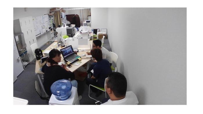 パソコンを見ながらの勉強会の様子です。皆で意見を出し合います
