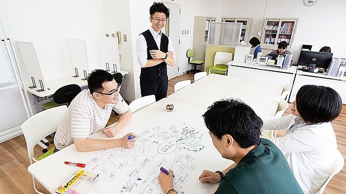 スモールオフィスをイメージした空間で「通勤している」イメージ